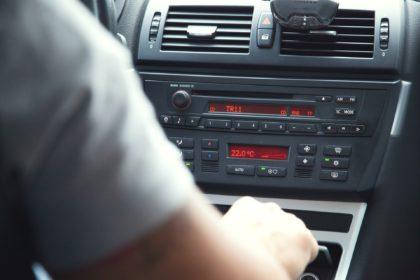Guidare con musica troppo alta